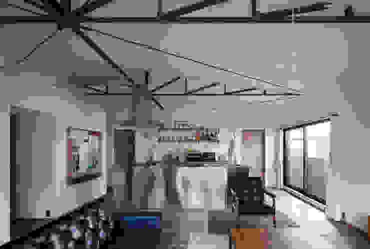 House in Gakuenmae: 設計組織DNAが手掛けたリビングです。,モダン