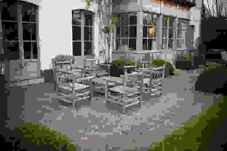 Un salon d'extérieur à l'épreuve du temps par AOC Europe Éclectique