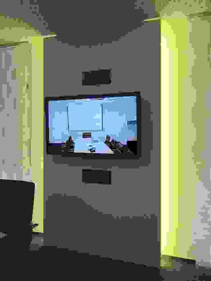 TV-Paneel im Konferenzraum Moderne Bürogebäude von hansen innenarchitektur materialberatung Modern