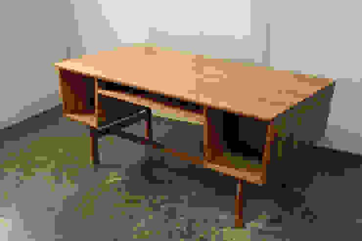 Quad desk: The QUAD woodworks 의 현대 ,모던