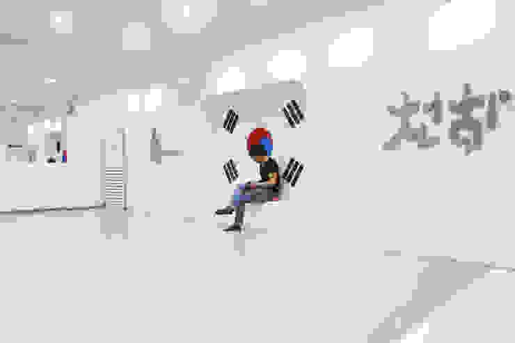 Gimnasios domésticos de estilo  por 6point studio,