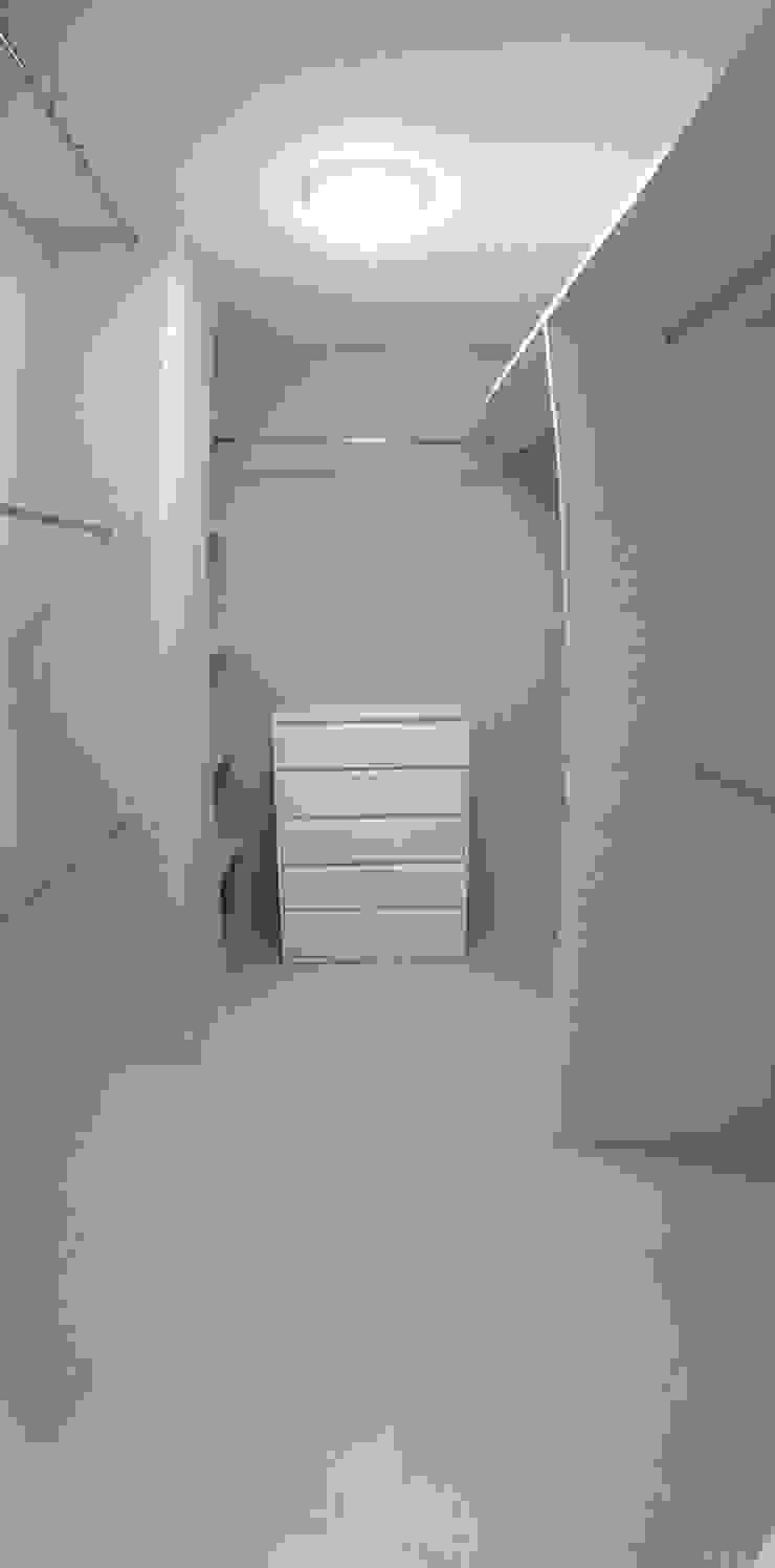 Modern Dressing Room by AtelierBas. Arquitectura y Construcción Modern