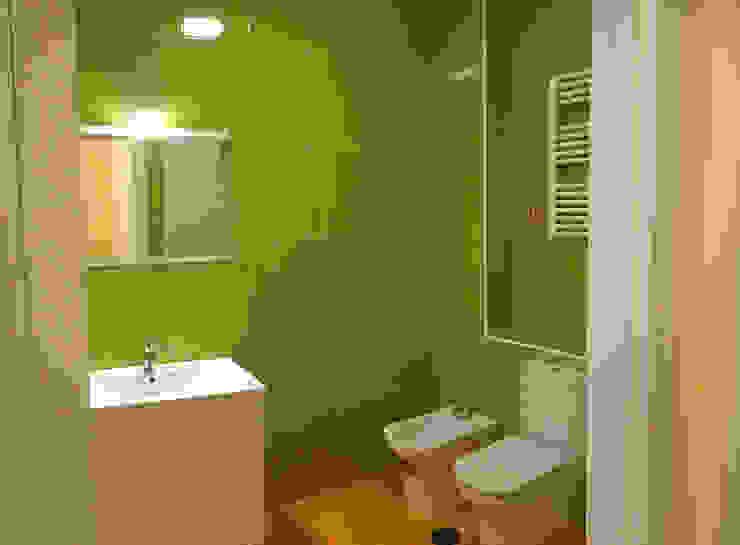 Modern Bathroom by AtelierBas. Arquitectura y Construcción Modern