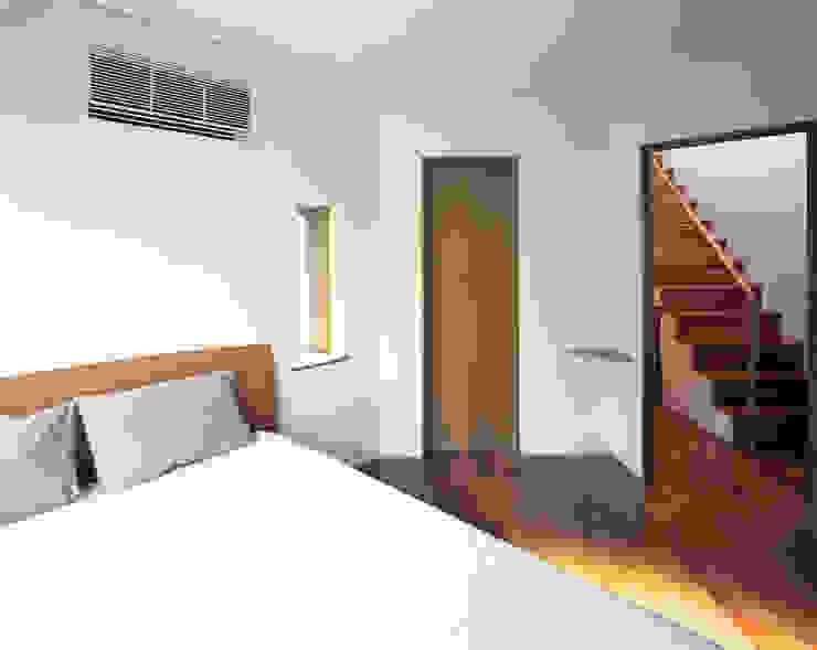トライアングル・ハウス オリジナルスタイルの 寝室 の 西島正樹/プライム一級建築士事務所 オリジナル