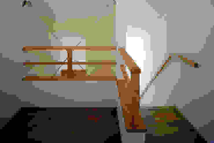 内観 モダンスタイルの 玄関&廊下&階段 の MOW Architect & Associates モダン
