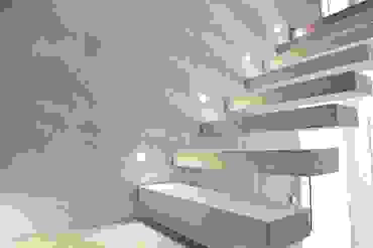 Couloir, entrée, escaliers modernes par Bolz Licht und Wohnen 1946 Moderne