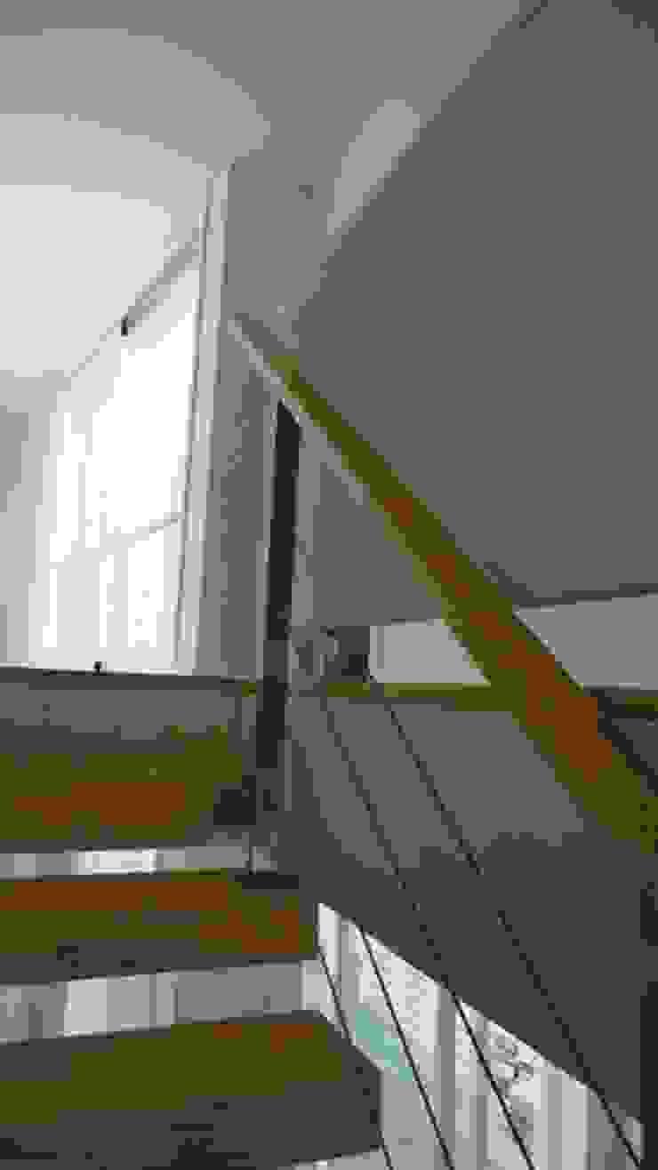 Pormenor da escada Corredores, halls e escadas ecléticos por GAAPE - ARQUITECTURA, PLANEAMENTO E ENGENHARIA, LDA Eclético