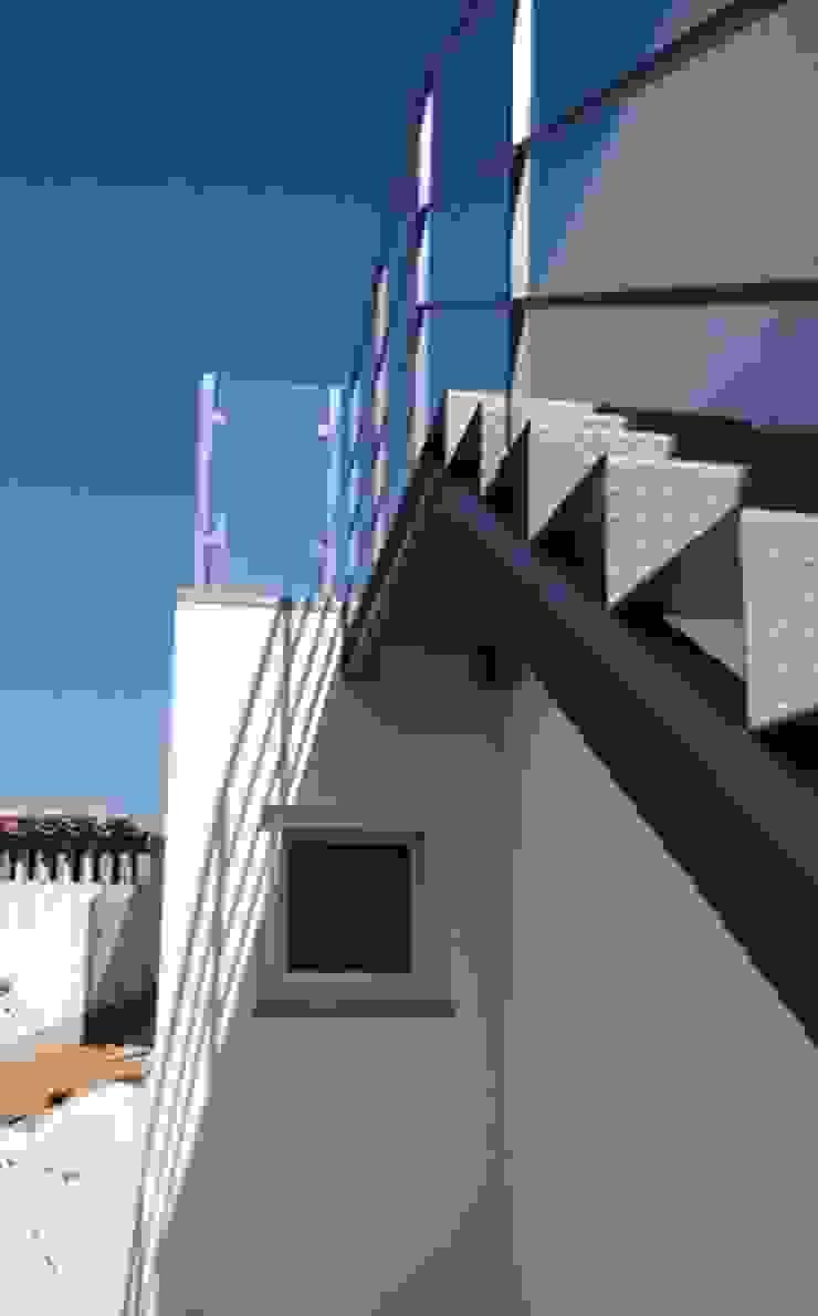 Escada exterior Corredores, halls e escadas ecléticos por GAAPE - ARQUITECTURA, PLANEAMENTO E ENGENHARIA, LDA Eclético