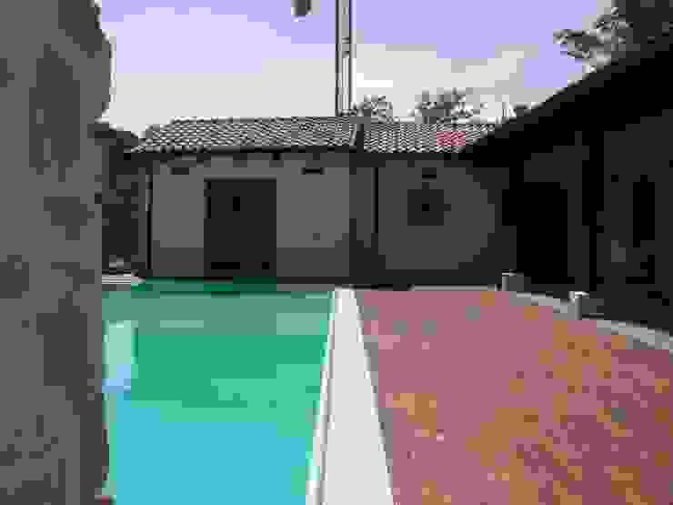 la piscina e il porticato Piscina in stile in stile classico di STUDIO DI ARCHITETTURA CLEMENTI Classico