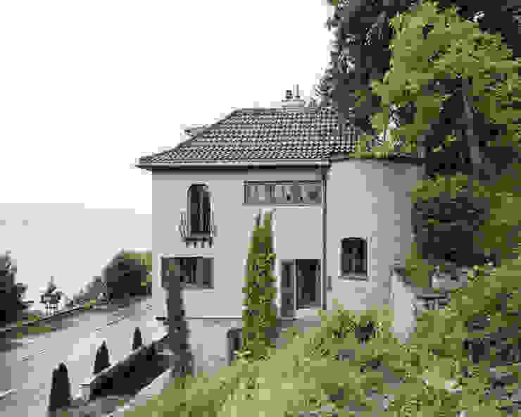 Gartenansicht des Bestandes Rustikale Häuser von Lando Rossmaier Architekten AG Rustikal