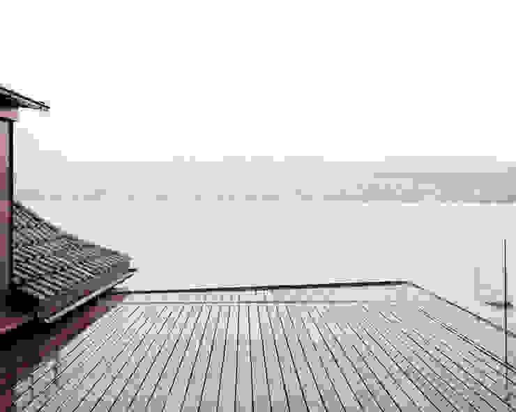 Die Dachterrasse für Pflanzen vor und hinter der Glasbalustrade. Minimalistischer Balkon, Veranda & Terrasse von Lando Rossmaier Architekten AG Minimalistisch