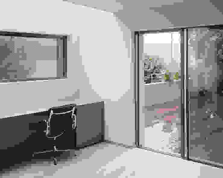 Das Arbeitszimmer mit Oberlicht. Moderne Arbeitszimmer von Lando Rossmaier Architekten AG Modern