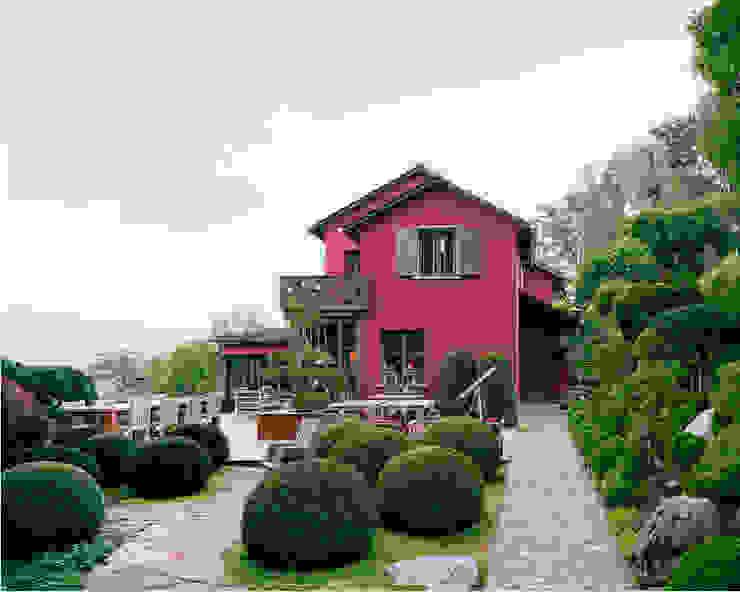 Vom japanischen Garten aus gesehen. von Lando Rossmaier Architekten AG Landhaus