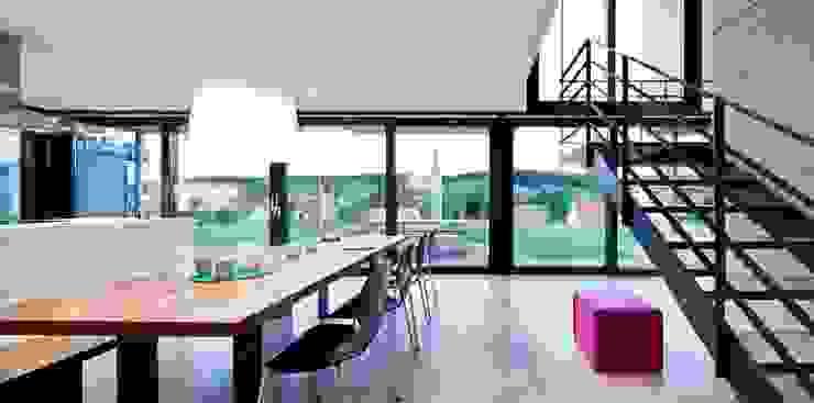 Auf Zukunft gesetzt- Wohnhaus in Bruchsal Moderne Esszimmer von STIEBEL ELTRON GmbH & Co. KG Modern
