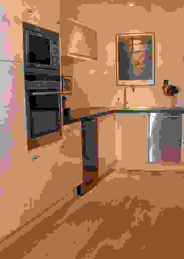 Modern style kitchen by espaces & déco Modern