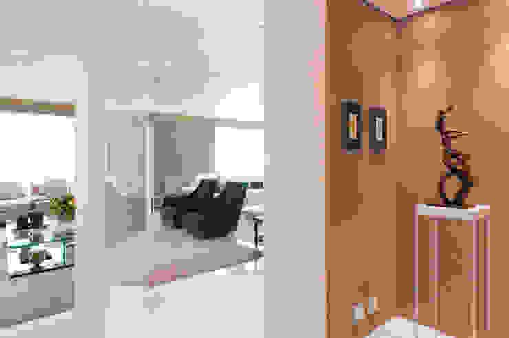 Apartamento Campo Belo Corredores, halls e escadas modernos por Consuelo Jorge Arquitetos Moderno