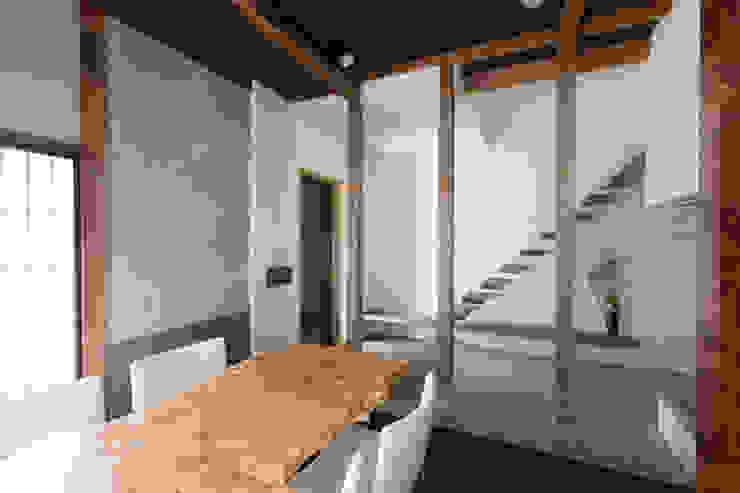 実家リノベ 築37年の空き家を事務所兼ショールームに: SWAY DESIGNが手掛けた商業空間です。,