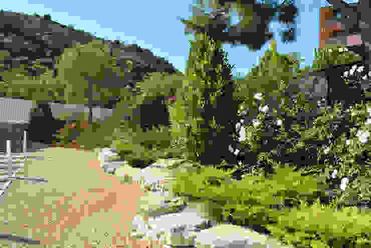 Classic style garden by David Jiménez. Arquitectura y paisaje Classic