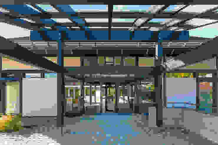 Balcones y terrazas de estilo moderno de HUF HAUS GmbH u. Co. KG Moderno