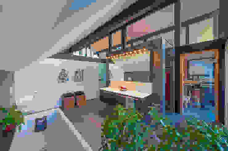 Casas de banho modernas por HUF HAUS GmbH u. Co. KG Moderno