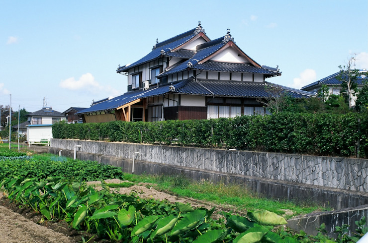 元の民家と増築部分 日本家屋・アジアの家 の katachitochikara 和風