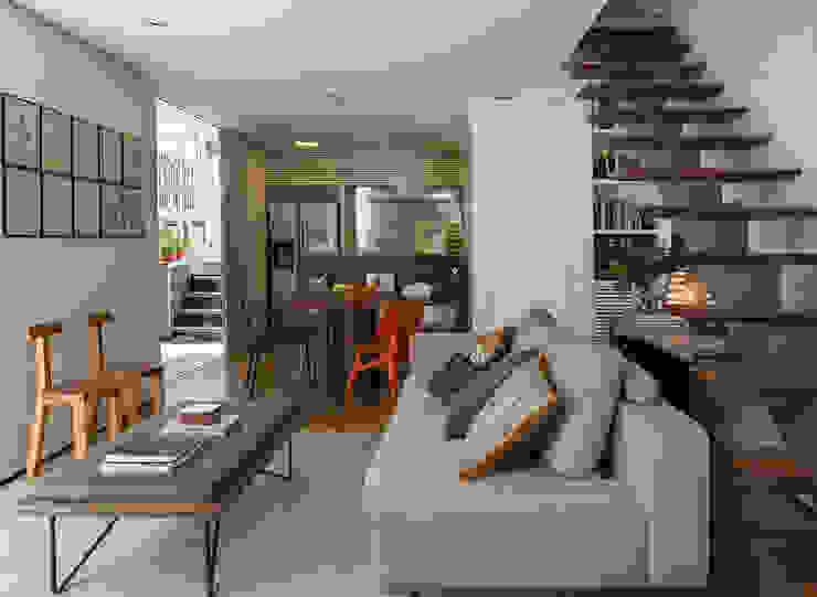 Residencia da Esquina: Salas de estar  por SALA2 arquitetura e design,Tropical