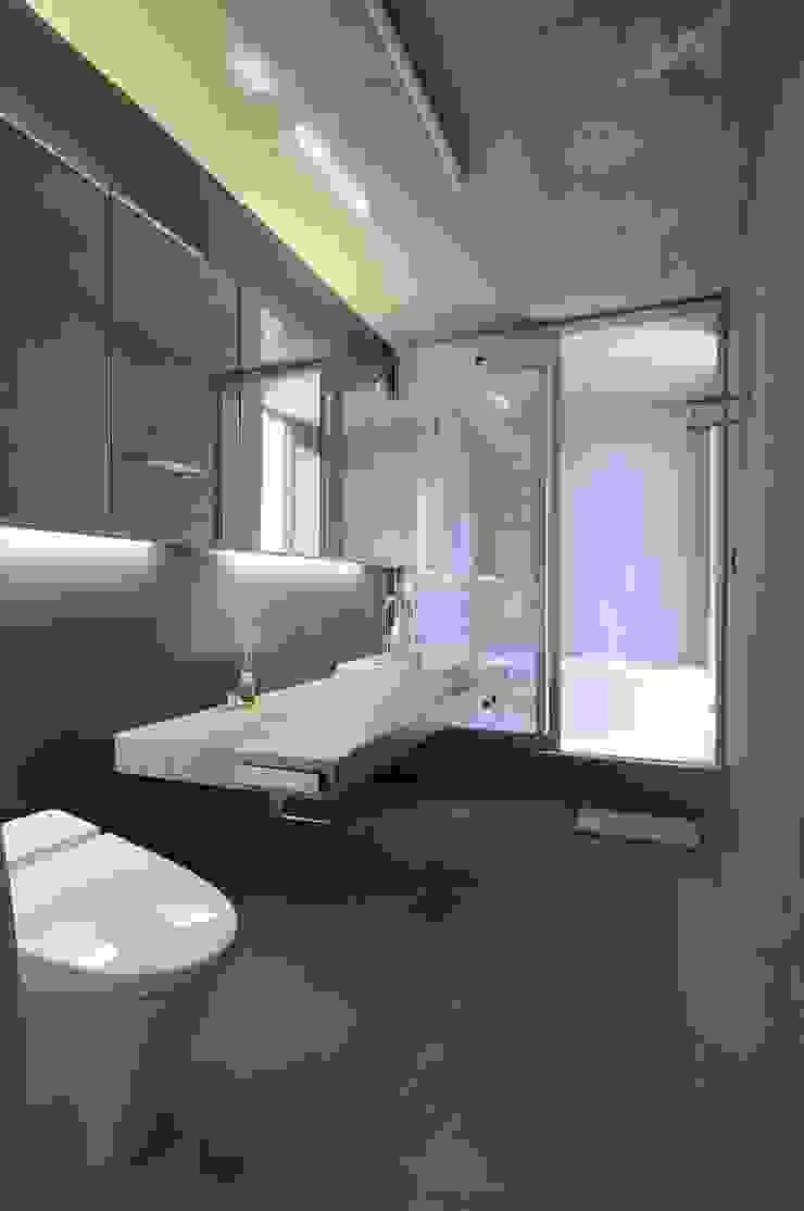 light-phase モダンスタイルの お風呂 の 岡村泰之建築設計事務所 モダン