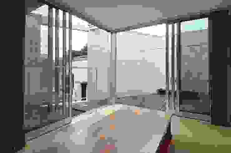 en モダンデザインの リビング の 岡村泰之建築設計事務所 モダン