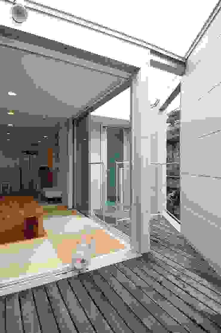 en モダンデザインの テラス の 岡村泰之建築設計事務所 モダン