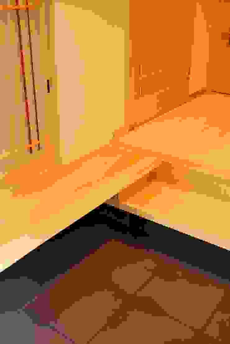西川真悟建築設計 Modern corridor, hallway & stairs