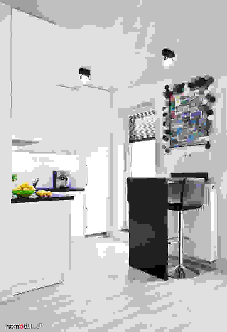 czarno - biała kawalerka Minimalistyczna jadalnia od nomad studio Minimalistyczny