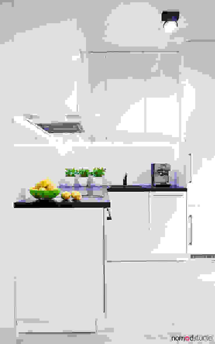 czarno - biała kawalerka Minimalistyczna kuchnia od nomad studio Minimalistyczny