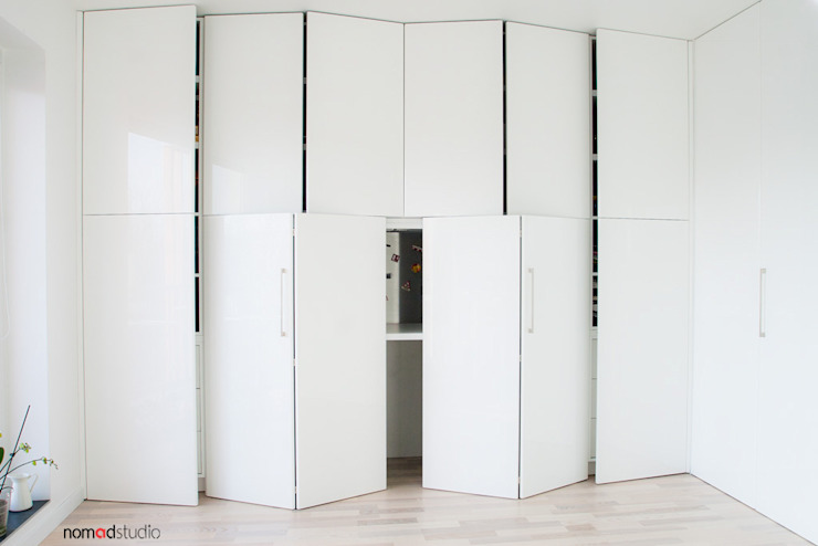 czarno - biała kawalerka: styl , w kategorii Domowe biuro i gabinet zaprojektowany przez nomad studio,Minimalistyczny