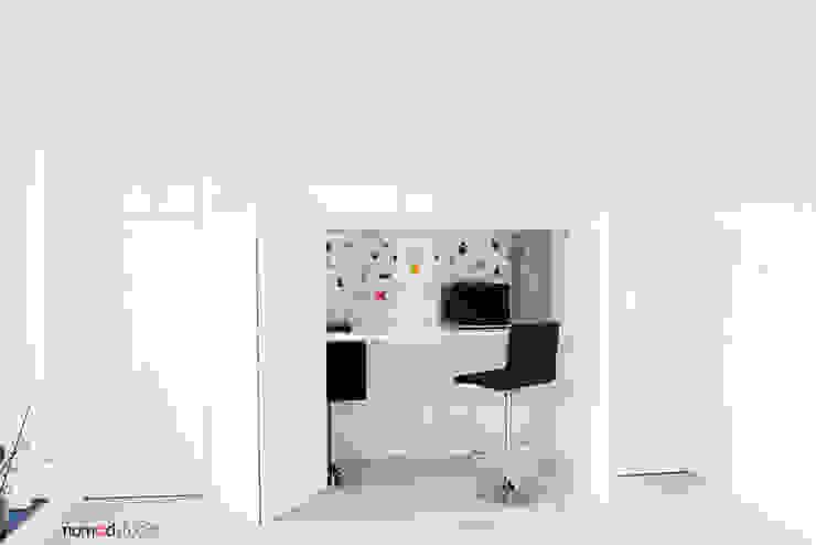 czarno - biała kawalerka Minimalistyczne domowe biuro i gabinet od nomad studio Minimalistyczny