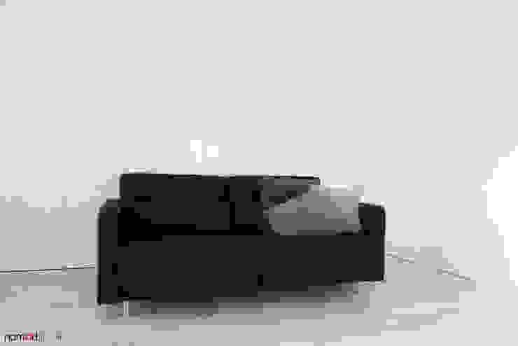 czarno - biała kawalerka Minimalistyczny salon od nomad studio Minimalistyczny