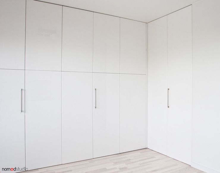 czarno - biała kawalerka Minimalistyczna sypialnia od nomad studio Minimalistyczny