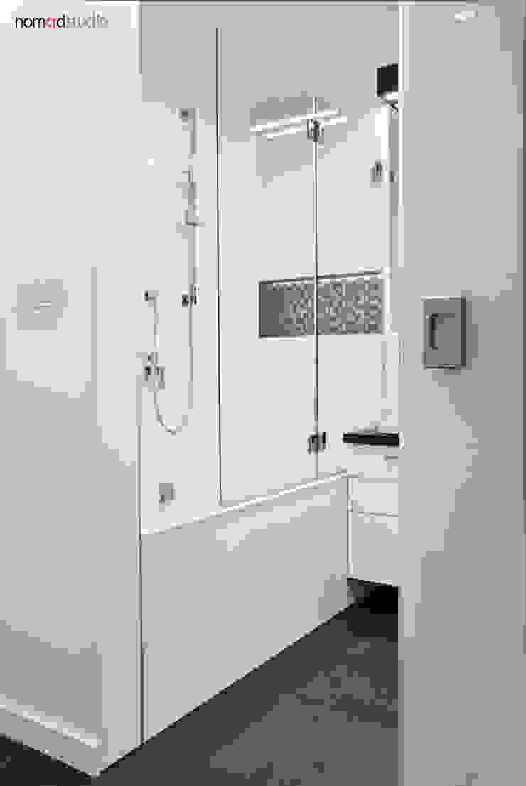 czarno - biała kawalerka Minimalistyczna łazienka od nomad studio Minimalistyczny