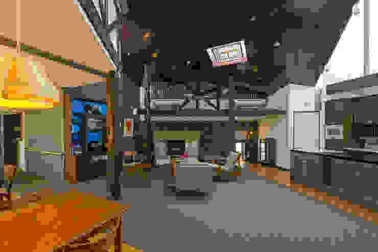 暖炉とニッチのあるリビングとダイニング オリジナルデザインの リビング の 有限会社加々美明建築設計室 オリジナル
