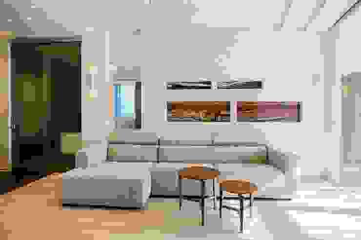 Демонстрационная квартира жилого комплекса AQUAMARINE Гостиная в стиле минимализм от Center of interior design Минимализм
