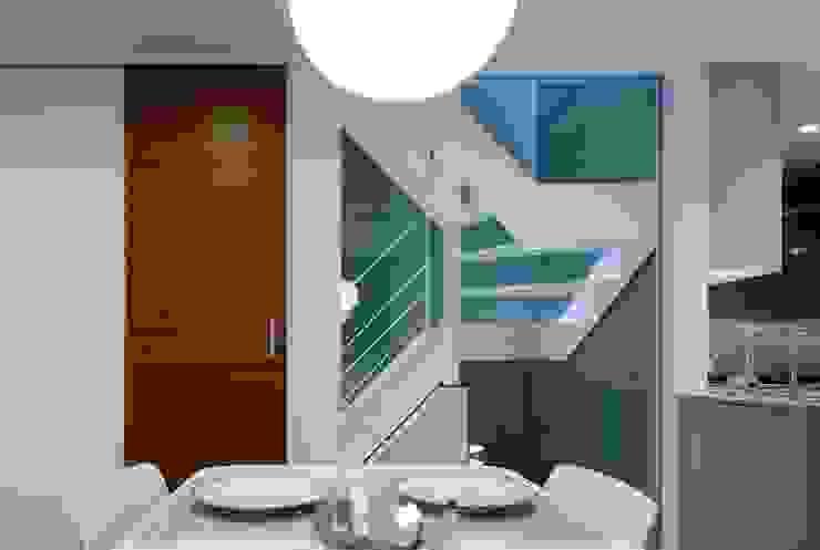 ダイニングから階段室を見る 一級建築士事務所エイチ・アーキテクツ モダンスタイルの 玄関&廊下&階段