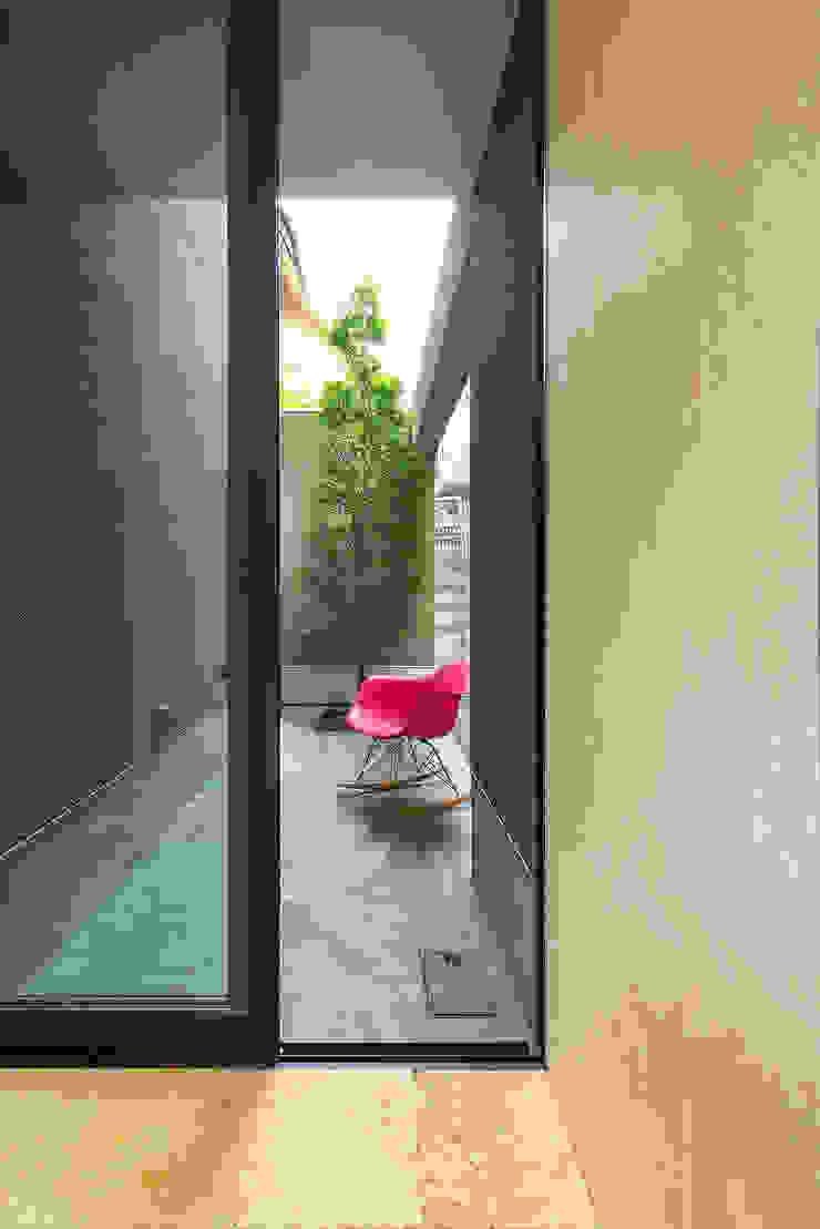 Jardines minimalistas de タカヤマ建築事務所 Minimalista