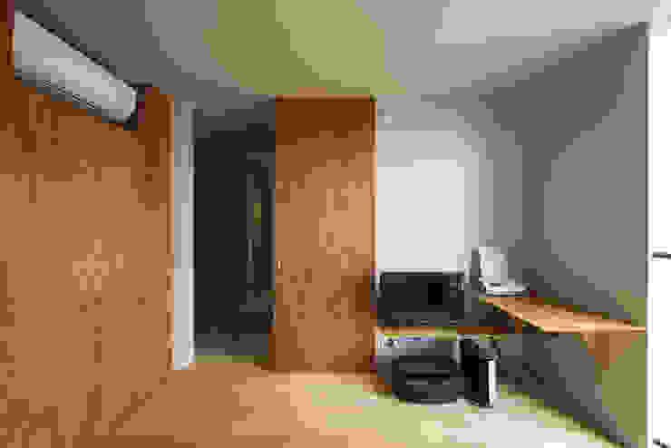 Dormitorios minimalistas de タカヤマ建築事務所 Minimalista