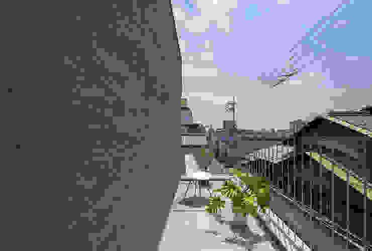 Y-House: タカヤマ建築事務所が手掛けたテラス・ベランダです。,ミニマル