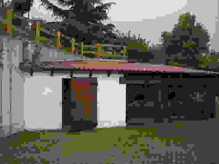 il fabbricato boxes e lavanderia Garage/Rimessa in stile classico di STUDIO DI ARCHITETTURA CLEMENTI Classico