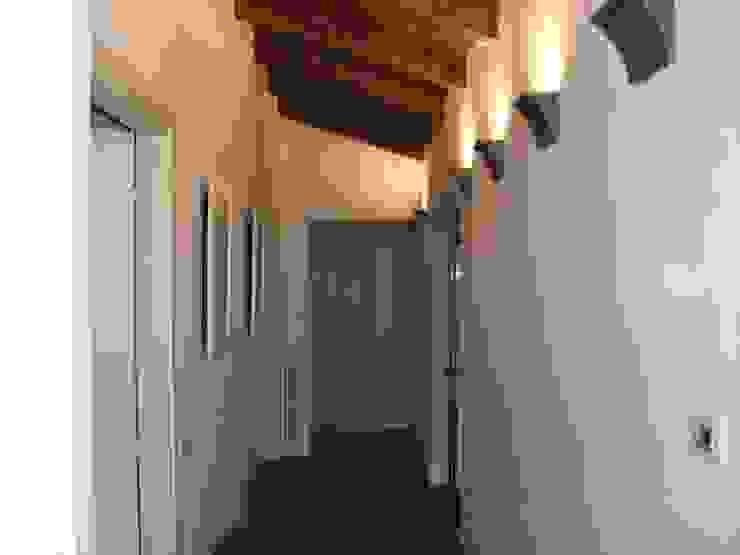 disimpegno zona notte Camera da letto in stile classico di STUDIO DI ARCHITETTURA CLEMENTI Classico