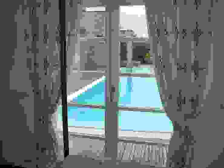 dalla camera padronale sulla piscina Piscina in stile in stile classico di STUDIO DI ARCHITETTURA CLEMENTI Classico