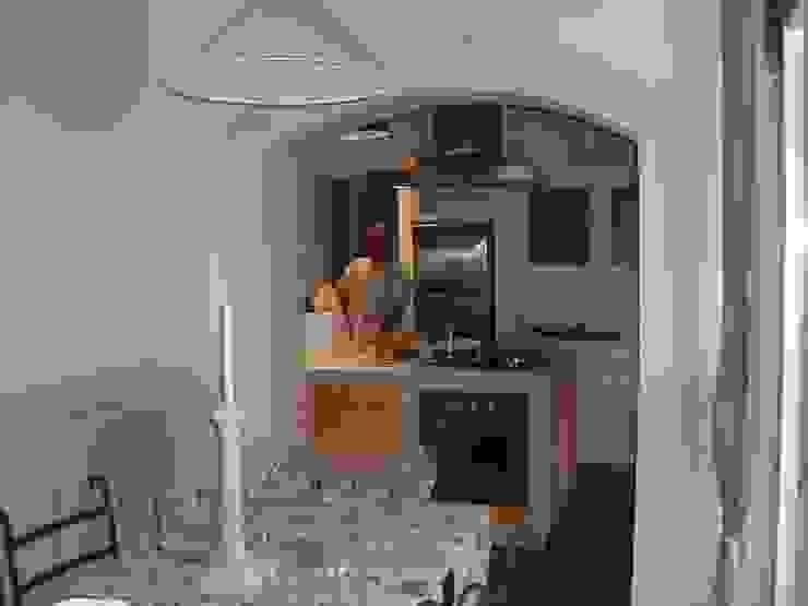 dalla veranda sulla cucina Cucina in stile classico di STUDIO DI ARCHITETTURA CLEMENTI Classico
