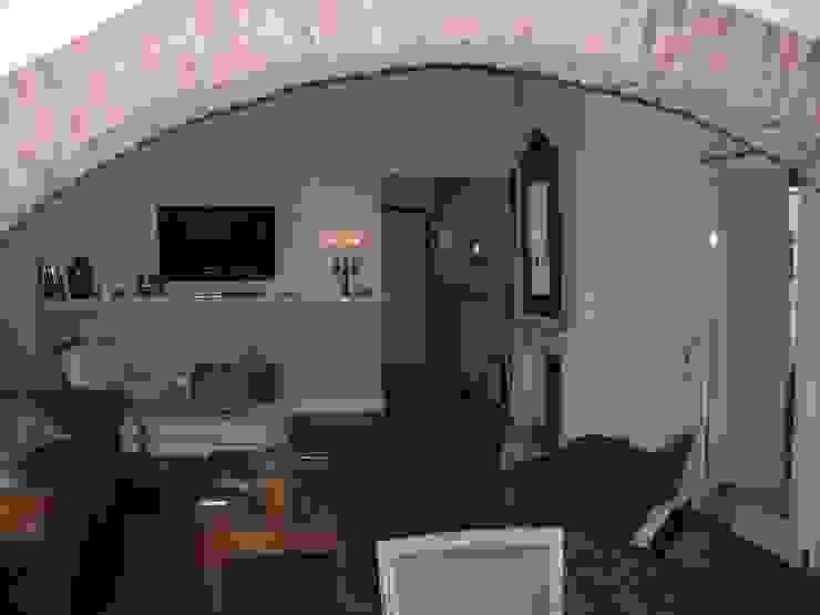 il salotto verso l'ingresso Ingresso, Corridoio & Scale in stile classico di STUDIO DI ARCHITETTURA CLEMENTI Classico