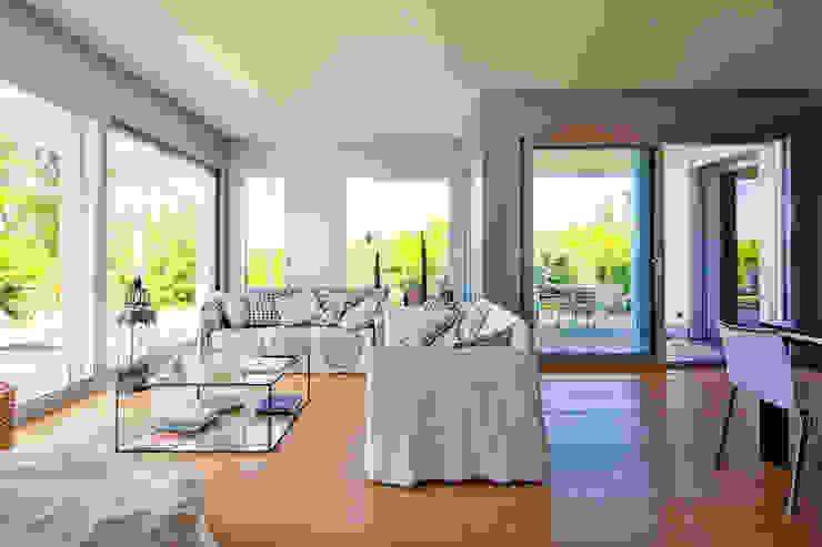 غرفة المعيشة تنفيذ studio di architettura via bava 36, حداثي