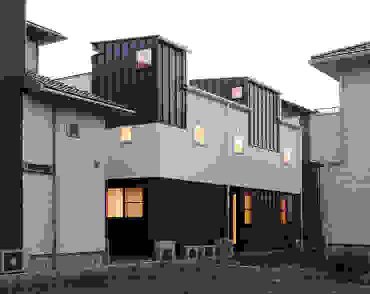 背後から モダンな 家 の 守山登建築研究所 モダン